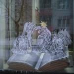 Книжные новогодние инсталляции в окнах Центральной библиотеки
