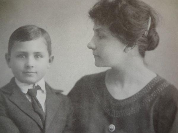 На фото Анна Васильевна Тимирёва с сыном Володей. 1922 год.