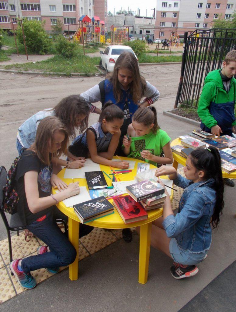Мы рисуем Ярославль, а книги берем родителям.