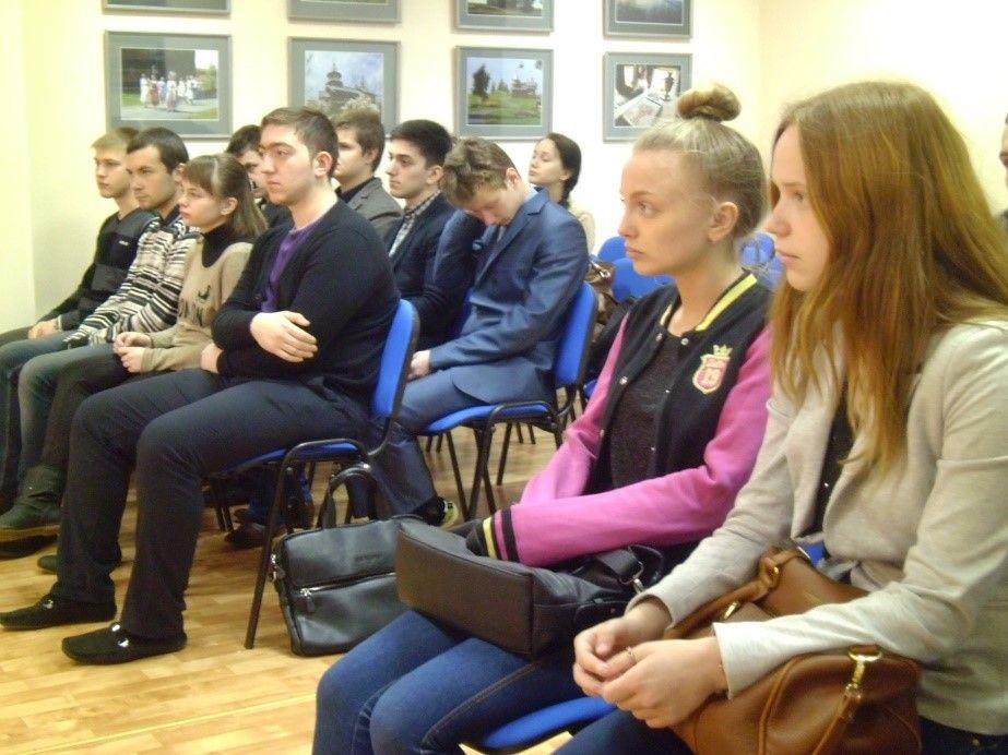 Учащиеся МОУ СОШ №58 и студенты ЯКУиПТ внимательно слушают правила поведения на многолюдных мероприятиях, на улице, в подъезде и т.д.