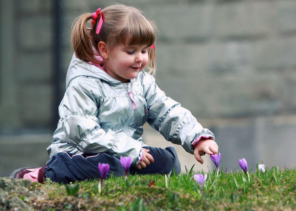 Детишки скворечник на дерево прилаживают, а малышка кораблик в ручеёк спускает!) весна пришла!)) на этом фото хорошенькая девочка с крылышками бабочки в цветущем весеннем саду.