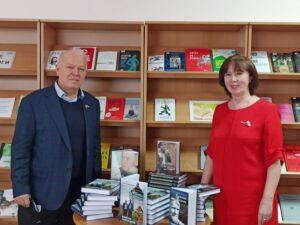 Анатолий Грешневиков передал собственные книжные издания в дар Лермонтовке